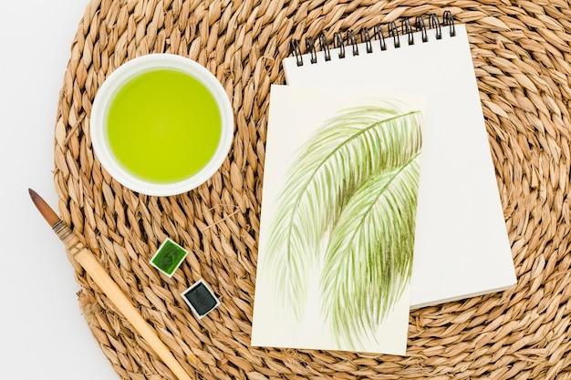Vista superior de desenho com pincel em cima da mesa