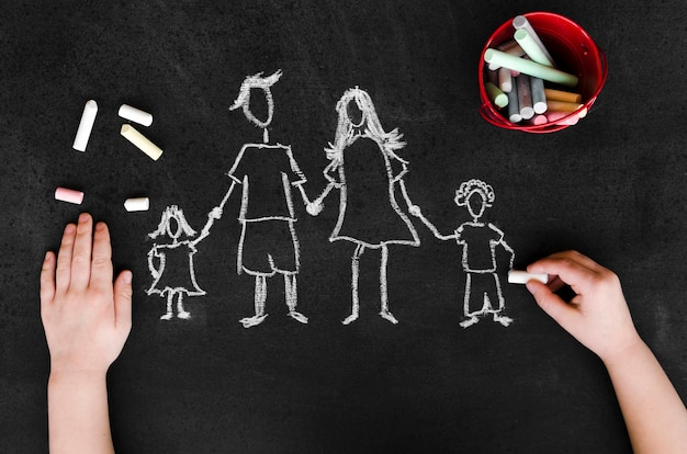 Vista superior de desenho de giz dos pais com seus filhos no quadro-negro