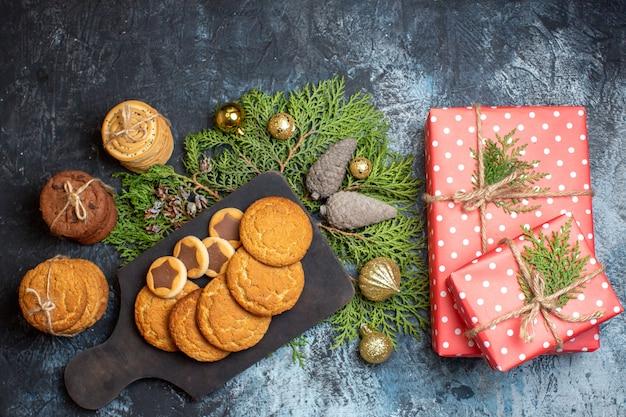 Vista superior de diferentes biscoitos saborosos com presentes na mesa de luz