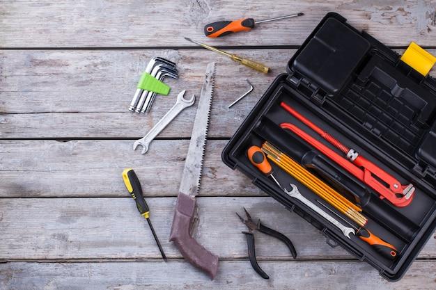 Vista superior de diferentes ferramentas de trabalho em fundo de madeira