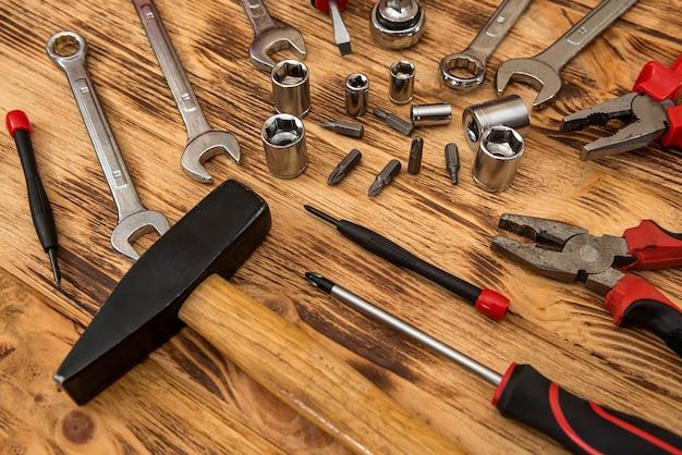 Vista superior de diferentes ferramentas na superfície de madeira