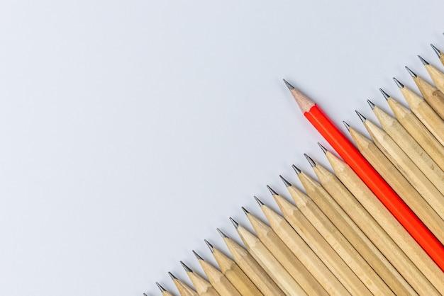 Vista superior de diferentes lápis destacados