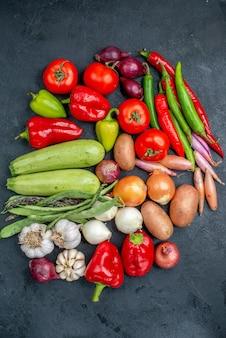Vista superior de diferentes vegetais frescos na mesa escura salada de vegetais frescos maduros