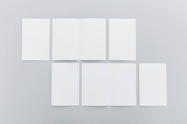 Vista superior de diversos tamanhos de folhetos