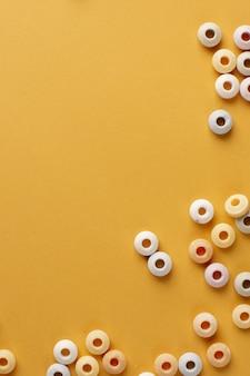 Vista superior de doces coloridos com espaço de cópia