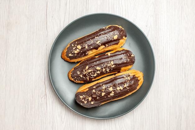 Vista superior de doces de éclairs de chocolate