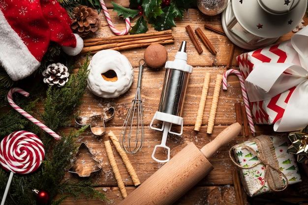 Vista superior de doces de natal com utensílios de cozinha