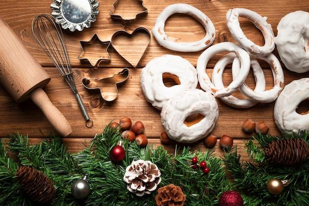 Vista superior de doces de natal com utensílios