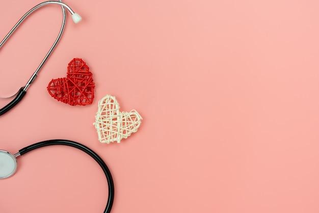 Vista superior de dois corações e um estetoscópio