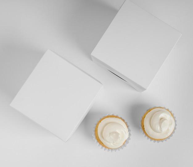 Vista superior de dois cupcakes com caixas