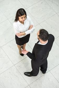 Vista superior de dois empresários no trabalho.