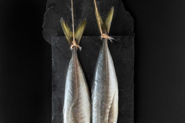 Vista superior de dois peixes em ardósia