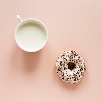 Vista superior de donut com granulado e leite