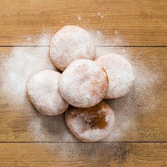 Vista superior de donuts com açúcar em pó na parte superior