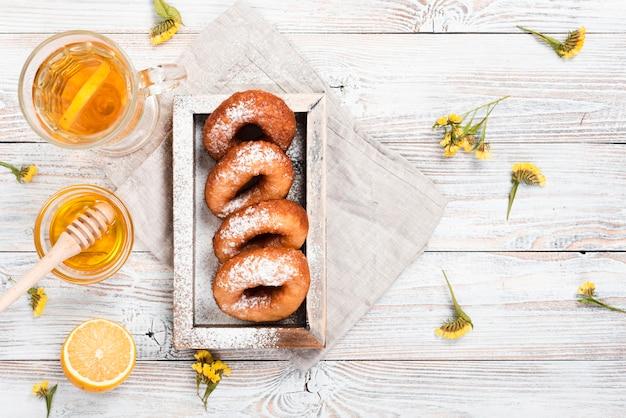 Vista superior de donuts com chá e mel