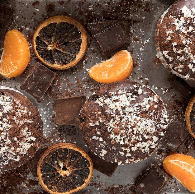Vista superior de donuts com chocolate e frutas cítricas secas