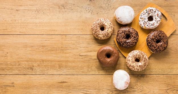 Vista superior de donuts com espaço de cópia