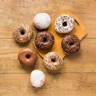Vista superior de donuts na tábua