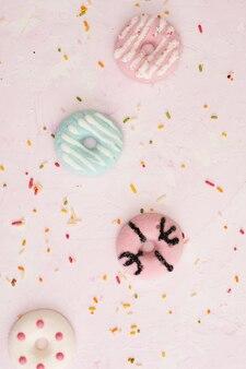 Vista superior de donuts vitrificados coloridos com granulado