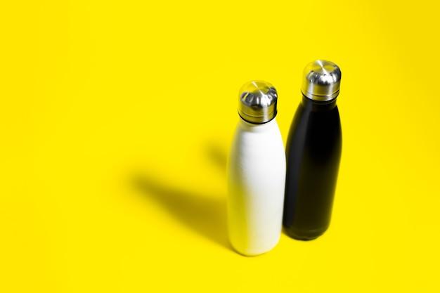 Vista superior de duas garrafas de água ecológicas reutilizáveis de aço inoxidável