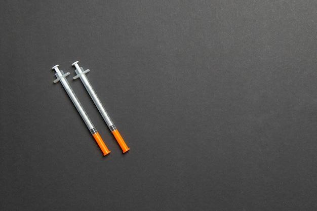 Vista superior de duas seringas de insulina em colorido