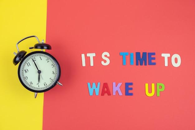 Vista superior de é hora de acordar com o relógio clássico