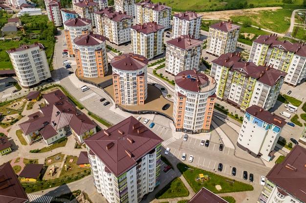 Vista superior de edifícios altos de apartamento ou escritório, carros estacionados, paisagem urbana da cidade. fotografia aérea de zangão.