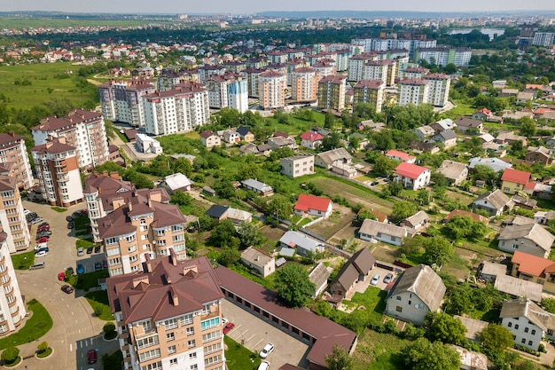 Vista superior de edifícios altos de apartamento ou escritório, carros estacionados, paisagem urbana da cidade. fotografia aérea.