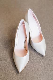 Vista superior de elegantes sapatos de casamento com salto alto. fechar-se.