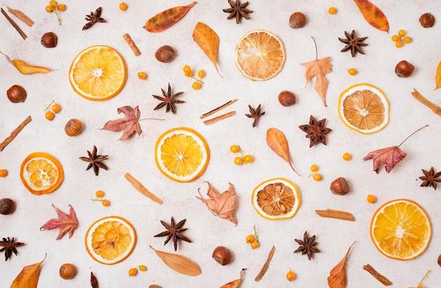 Vista superior de elementos de outono com folhas e frutas cítricas