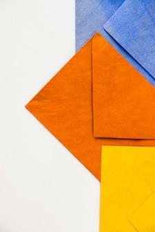 Vista superior de envelopes coloridos