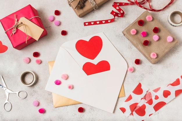 Vista superior de envelopes com corações e presentes