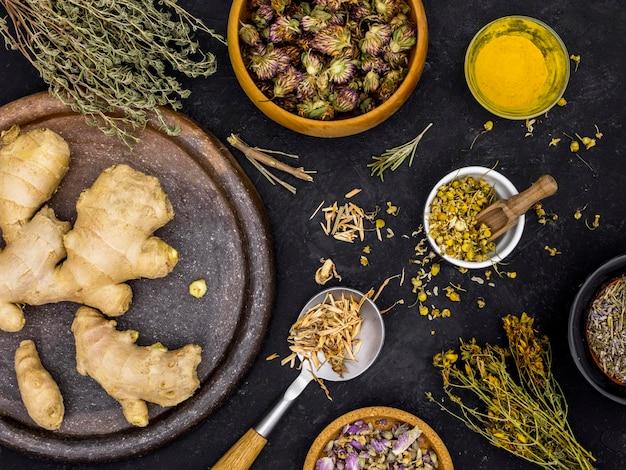 Vista superior de ervas medicinais e especiarias
