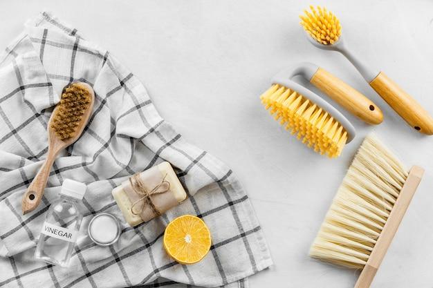 Vista superior de escovas de limpeza com limão e sabão