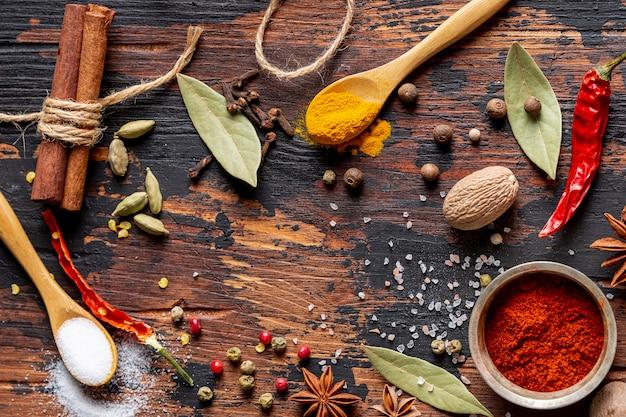Vista superior de especiarias com sal e pimenta