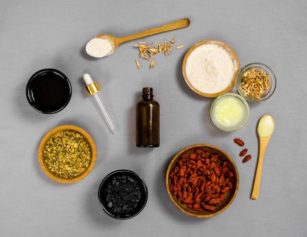 Vista superior de especiarias e ervas medicinais