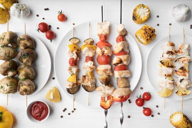Vista superior de espetos de frango e legumes grelhados