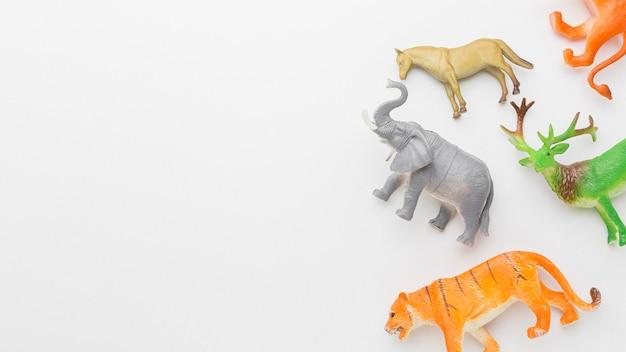 Vista superior de estatuetas de animais com espaço de cópia para o dia animal