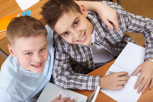 Vista superior de estudantes que têm o divertimento na sala de aula