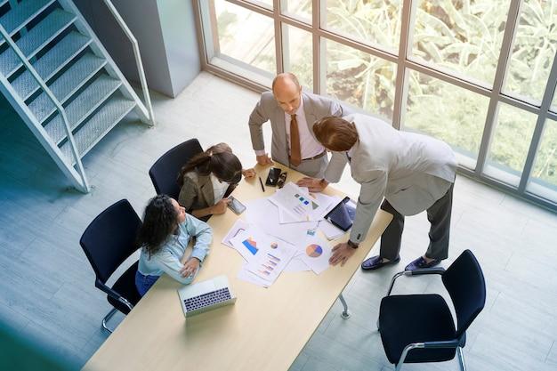 Vista superior de executivos reunidos no escritório, conceito de trabalho em equipe de negócios.