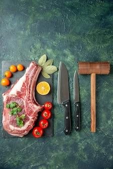 Vista superior de fatia de carne fresca em superfície azul escura