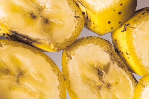 Vista superior de fatias cortadas de bananas