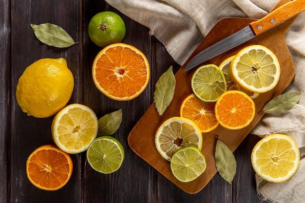 Vista superior de fatias de citros com faca