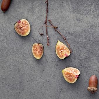 Vista superior de fatias de figo e bolotas
