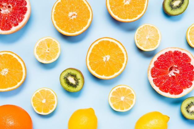 Vista superior de fatias de frutas cítricas, kiwis