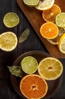 Vista superior de fatias de frutas cítricas