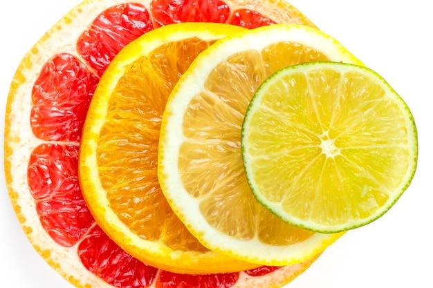 Vista superior de fatias de frutas cítricas.