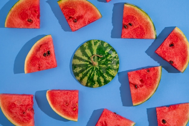 Vista superior de fatias de melancia madura fresca sobre fundo azul