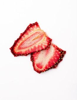 Vista superior de fatias de morango secas, isoladas no fundo branco