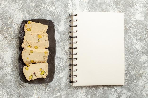 Vista superior de fatias de nogado de amendoim dentro do prato em fundo branco